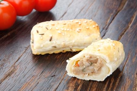 CSU201 Sausage rolls Tuscan chicken 30gr garnish white sesame